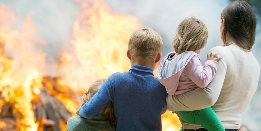 Familie voor een brandend huis